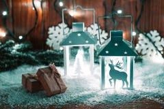 Weihnachtskerzenlaterne und Weihnachtsbaumaste, Schnee, Schneeflocke und Dekorationen auf bokeh Hintergrund verwischten lig Lizenzfreies Stockfoto