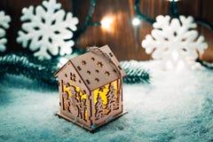 Weihnachtskerzenlaterne und Weihnachtsbaumaste, Schnee, Schneeflocke und Dekorationen auf bokeh Hintergrund verwischten lig Stockfotos