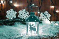 Weihnachtskerzenlaterne und Weihnachtsbaumaste, Schnee, Schneeflocke und Dekorationen auf bokeh Hintergrund verwischten lig Lizenzfreie Stockfotos