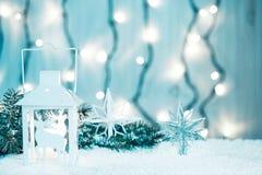 Weihnachtskerzenlaterne und Weihnachtsbaumaste, Schnee, Schneeflocke und Dekorationen auf bokeh Hintergrund verwischten lig Lizenzfreie Stockfotografie