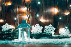 Weihnachtskerzenlaterne und Weihnachtsbaumaste, Schnee, Schneeflocke und Dekorationen auf bokeh Hintergrund verwischten lig Lizenzfreies Stockbild
