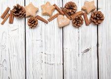 Weihnachtskiefern-Kegeldekoration auf weißem hölzernem Brett lizenzfreies stockbild