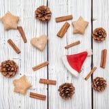Weihnachtskiefern-Kegeldekoration auf weißem hölzernem Brett Stockfotografie