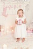 Weihnachtskinderöffnende anwesende Geschenkbox, Kindermädchen, das Weihnachten feiert lizenzfreies stockbild