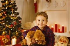 Weihnachtskinderjungen-Porträt mit anwesendem Geschenk Toy In Xmas Room Lizenzfreies Stockfoto