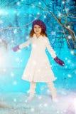 Weihnachtskindermädchen auf Winterbaumhintergrund, Schnee, Schneeflocken Lizenzfreies Stockbild