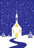 Weihnachtskirche der schneebedeckten Landschaft Lizenzfreie Stockfotografie