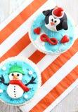 Weihnachtskleine kuchen auf einem hölzernen weißen Hintergrund Stockfotos
