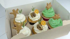 Weihnachtskleine kuchen in einem Kasten auf dem Tisch lizenzfreie stockfotografie