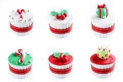 Weihnachtskleine kuchen mit Dekorationen Lizenzfreie Stockbilder