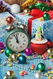 Weihnachtskleiner kuchen mit dem farbigen Dekorationspinguin gemacht vom Süßigkeitenmastix Stockfoto