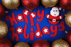 Weihnachtskonzept, dekorative Beschriftung gemacht vom Filz und Spielzeug Sankt mit Bällen Lizenzfreies Stockbild