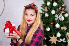 Weihnachtskonzept - Frau mit Geschenkbox und verziertem Weihnachten Lizenzfreies Stockfoto