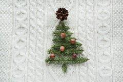 Weihnachtskonzept mit Fichte, Tannenbaum, Kegelana-Nüsse auf Weiß strickte Hintergrund Mit zusätzlichem vektorformat Abbildung de Stockbild