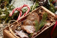 Weihnachtskonzept mit Ingwerplätzchen in der Weinleseholzkiste, Süßigkeiten lizenzfreies stockbild
