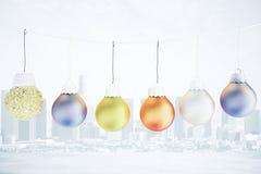 Weihnachtskonzept mit mehrfarbigen Bällen auf dem Seil - christma Stockfotografie