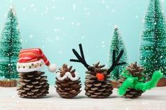 Weihnachtskonzept mit pinecorn Dekorationen auf Holztisch Stockbilder