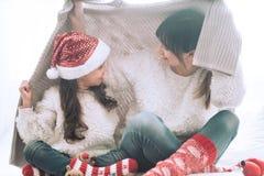Weihnachtskonzept, Mutter und ihr Tochterspielen lizenzfreies stockbild