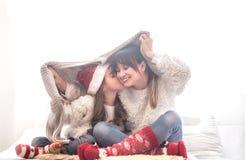 Weihnachtskonzept, Mutter und ihr Tochterspielen lizenzfreie stockfotografie