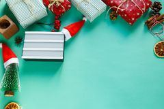 Weihnachtskonzeptebene legen mit lightbox lizenzfreie stockbilder