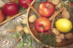Weihnachtskorb mit Apfel und vlanuts Stockbilder