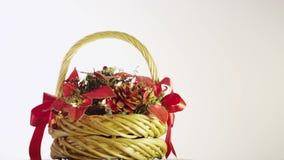 Weihnachtskorb mit Beeren, Blättern, Kiefernkegeln und Girlande stock video footage