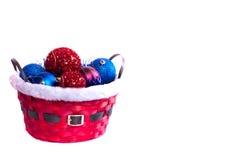 Weihnachtskorb und -bälle Lizenzfreie Stockbilder