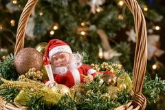 Weihnachtskorb unter dem Baum Stockbilder