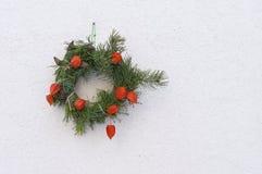 Weihnachtskranz auf der Wand des Hauses Stockfotos