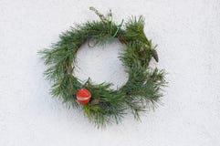Weihnachtskranz auf der Wand des Hauses Stockfotografie