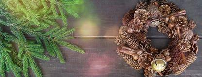 Weihnachtskranz auf einem rustikalen hölzernen Hintergrund stockbild