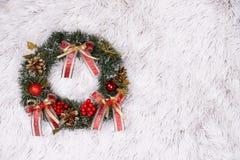 Weihnachtskranz auf Pelzhintergrund stockfotos