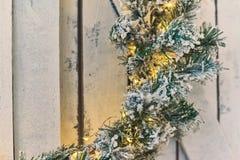 Weihnachtskranz, der an einem hölzernen Schild hängt stockfoto