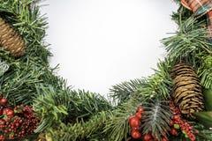 Weihnachtskranz in der Halbmond-Form mit Copyspace Stockfotos