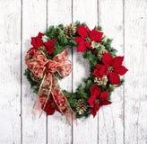 Weihnachtskranz gegen weißes Holz Stockfotos