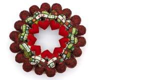 Weihnachtskranz gemacht mit den roten Herzen des Patchworks lokalisiert auf weißem Hintergrund Lizenzfreie Stockfotos