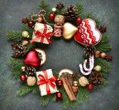 Weihnachtskranz gemacht von den Weinleseweihnachtsspielwaren und von festlichem d Lizenzfreie Stockbilder