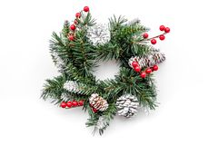 Weihnachtskranz gesponnen von den Fichtenzweigen mit roten Beeren auf Draufsicht des weißen Hintergrundes Lizenzfreie Stockfotografie