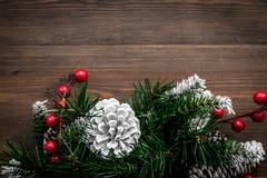 Weihnachtskranz gesponnen von den Fichtenzweigen mit roten Beeren auf hölzernem copyspace Draufsicht des Hintergrundes Lizenzfreies Stockfoto