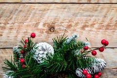 Weihnachtskranz gesponnen von den Fichtenzweigen mit roten Beeren auf hellem hölzernem Draufsicht-Nahaufnahme copyspace des Hinte Lizenzfreies Stockbild