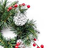 Weihnachtskranz gesponnen von den Fichtenzweigen mit roten Beeren auf weißem copyspace Draufsicht des Hintergrundes Lizenzfreies Stockfoto