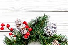 Weihnachtskranz gesponnen von den Fichtenzweigen mit roten Beeren auf weißem hölzernem Draufsicht-Nahaufnahme copyspace des Hinte Lizenzfreie Stockbilder