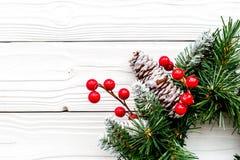 Weihnachtskranz gesponnen von den Fichtenzweigen mit roten Beeren auf weißem hölzernem Draufsicht-Nahaufnahme copyspace des Hinte Lizenzfreie Stockfotografie