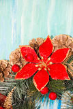 Weihnachtskranz-Grußkarte Abbildung der roten Lilie Hängender hölzerner Hintergrund der schäbigen Tabelle des Dekorationstürkises stockfotografie