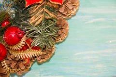 Weihnachtskranz-Grußkarte Abbildung der roten Lilie Hängender hölzerner Hintergrund der schäbigen Tabelle des Dekorationstürkises lizenzfreie stockfotos