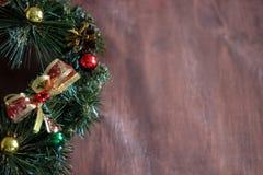 Weihnachtskranz im hölzernen Hintergrund stockfoto