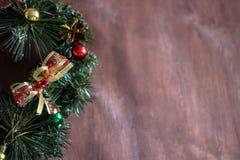 Weihnachtskranz im hölzernen Hintergrund Kopieren Sie Platzbereich lizenzfreies stockbild