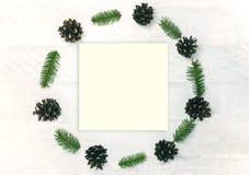 Weihnachtskranz machte von Kiefernkegel und -Zweige firon das Weiß Stockfoto