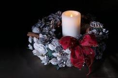 Weihnachtskranz mit einer Kerze Stockfoto