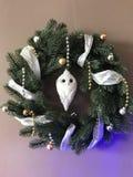 Weihnachtskranz mit Eule stockfotos